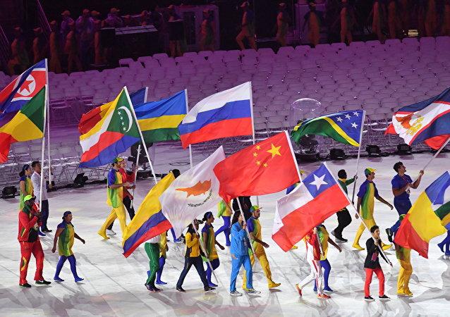 俄花樣游泳選手伊先科和羅馬申娜在奧運會閉幕式擔任俄羅斯隊旗手