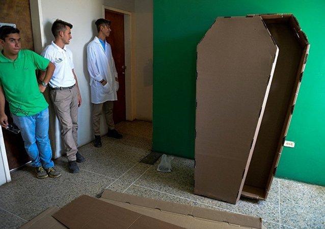 秘魯官員解釋為何警察到來前躺進棺材