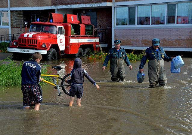 濱海邊疆區人為遭遇洪水的同鄉災民募集6噸人道主義援助物資
