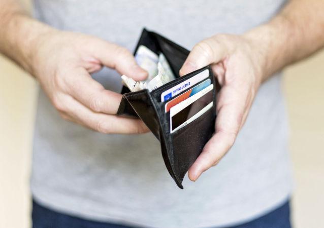 一個拿著錢包的人