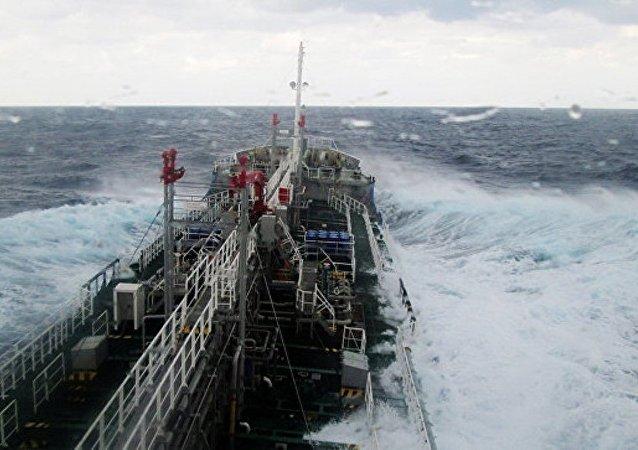 媒體:一艘載有450噸氫氧化鈉的日本貨船被拖至海岸