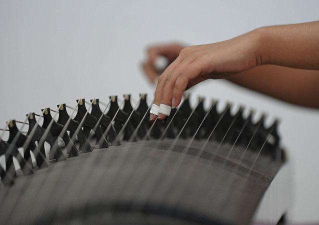 一床珍貴的中國七弦古琴在俄出售