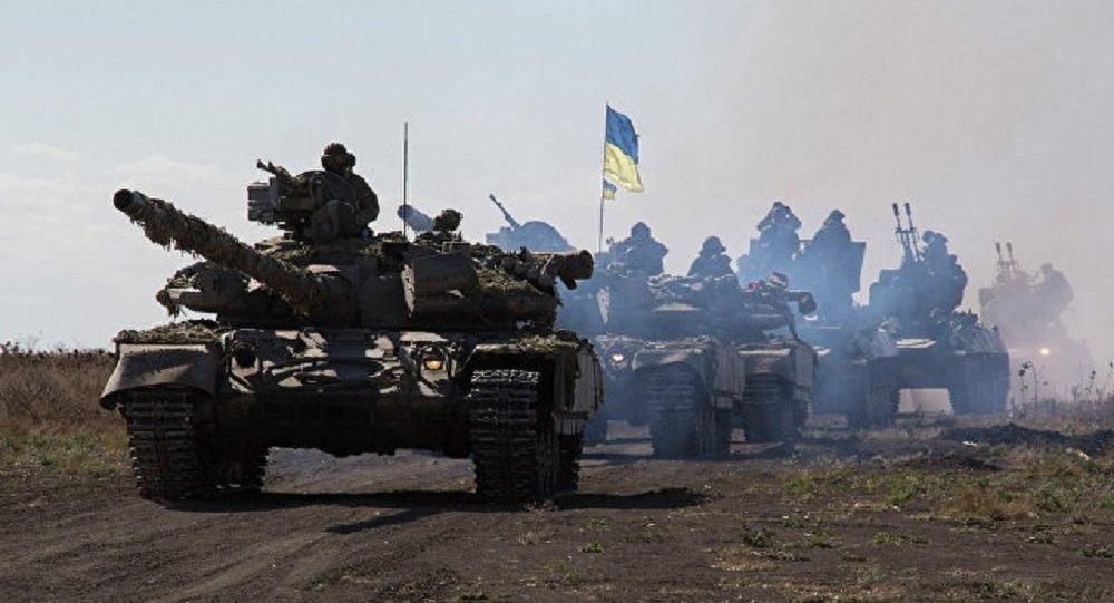 一名烏克蘭士兵駕駛步兵戰車向盧甘斯克人民警察投降