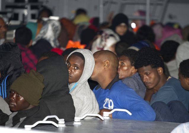 意大利內政部長威脅對從歐盟他國運來移民的航班關閉機場
