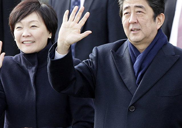 日本首相夫人在長門市向俄海員烈士墓獻花