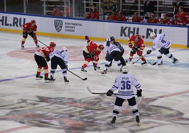 莫斯科「斯巴達克」冰球俱樂部在大陸冰球聯賽中大比分戰勝崑崙鴻星俱樂部
