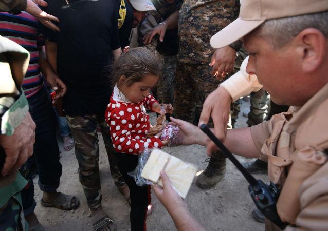俄軍向敘代爾祖爾運送10余噸人道主義物資
