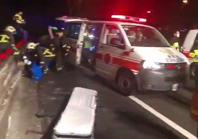 在台灣的觀光巴士翻車造成32人喪生