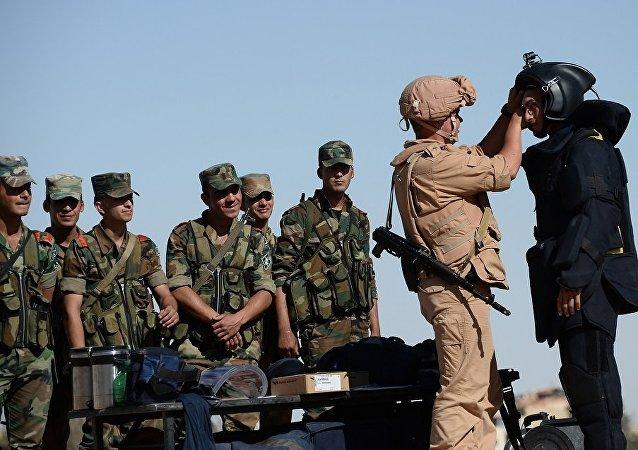 俄軍人向巴爾米拉平民提供援助