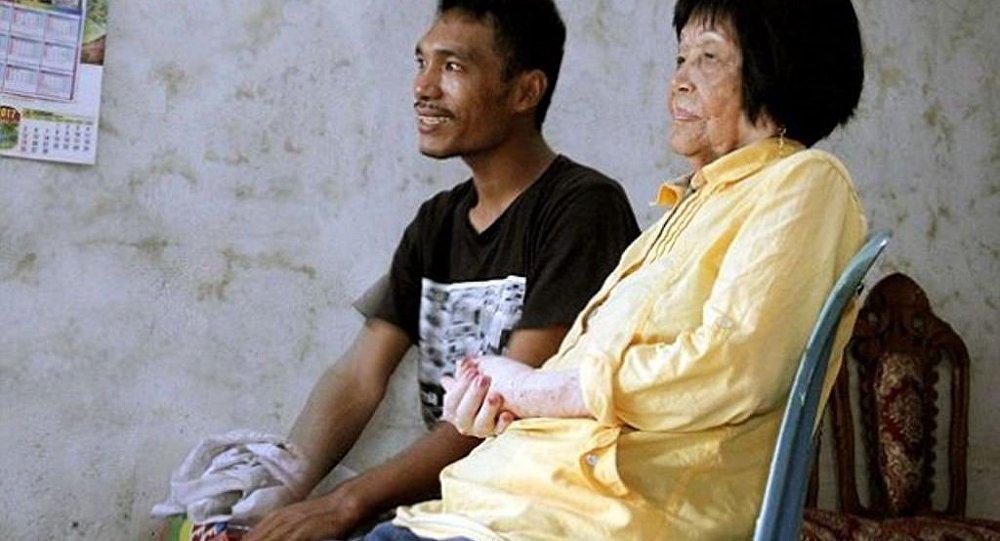 28歲小伙娶82歲老太 只因戀上她的聲音