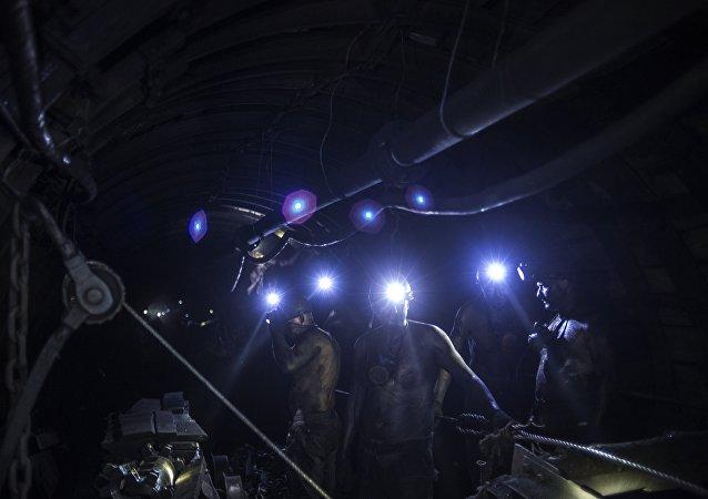 消息人士:俄庫茲巴斯一煤礦發生火災 約200名礦工被緊急撤離