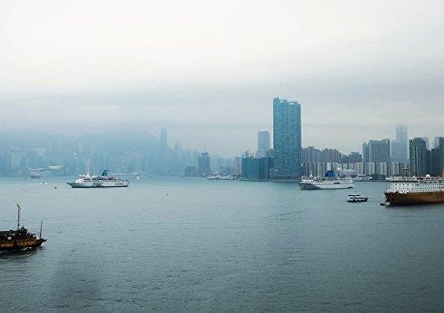 「瓦良格」號導彈巡洋艦和 佩琴加號油船抵達香港