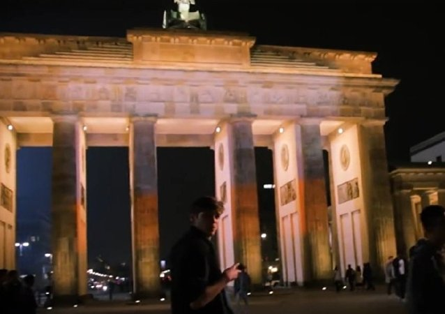 勃蘭登堡門不顧政府反對亮起俄羅斯三色旗顏色