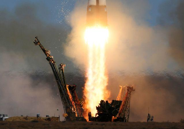 搭載「聯盟MS-04」人造衛星的「聯盟-FG」運載火箭從拜科努爾發射場升空