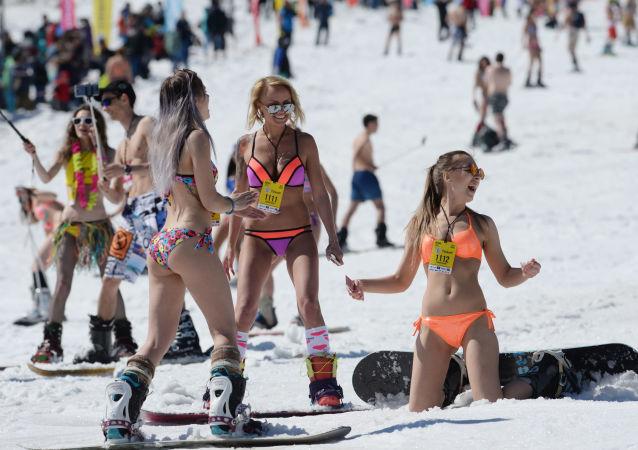 俄羅斯克麥羅沃捨列格什滑雪勝地舉行Grelka fest滑雪節。
