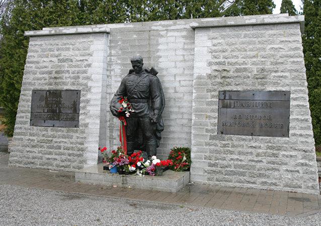 俄外交官在愛沙尼亞塔林向「青銅戰士」紀念碑敬獻花圈