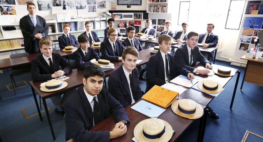 媒體:英國私立學校或將允許男孩子穿裙子