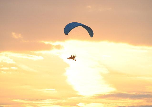 一名摩托翼傘飛行員在克拉斯諾雅爾斯克邊疆區從400米高空墜落 大難不死
