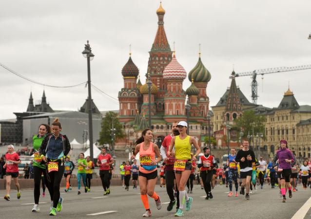 莫斯科半程馬拉松的參賽者在奔跑