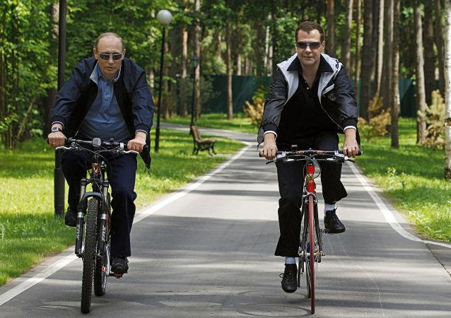 梅德韋傑夫和普京在騎自行車