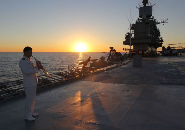 「庫茲涅佐夫海軍上將」號重型載機導彈巡洋艦甲板上的一名軍人。