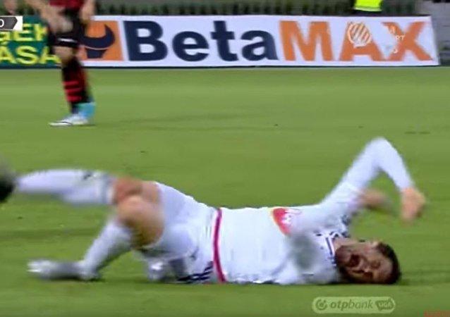 塞爾維亞足球隊員在比賽時「高超的假摔技藝」被揭穿