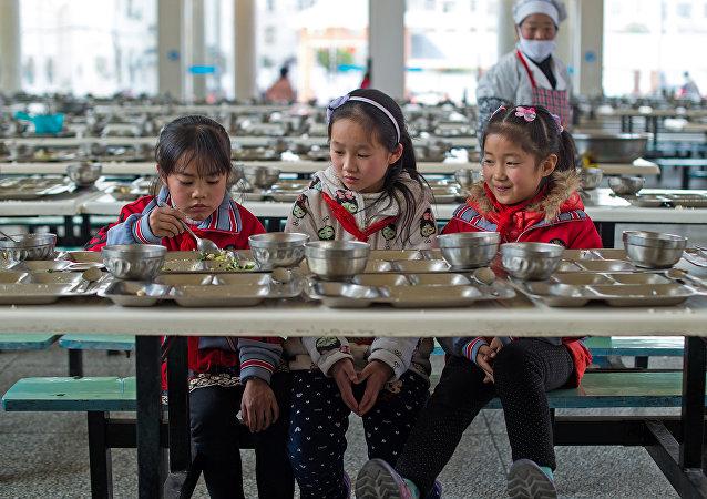 遼寧某學校用洗衣粉清洗學生餐具 用腳刷勺子