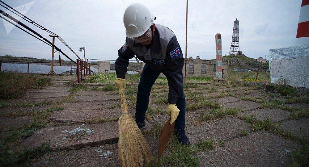 「戈格蘭島」探險隊隊員開始打掃索莫斯島