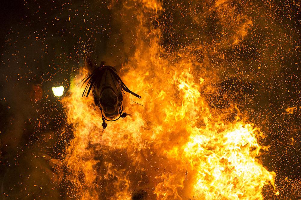 西班牙攝影師維克托·布蘭科作品《淨化之火》