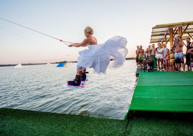 匈牙利攝影師Beli Balazs作品《Wakewedding》