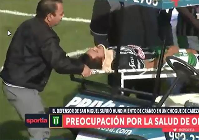 阿根廷一名裁判員在足球比賽時拯救了一名球員的性命