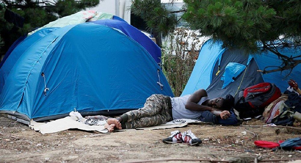 法國警方清除巴黎郊區的移民營地