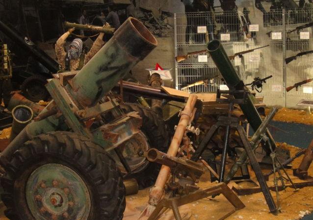 敘軍展示從武裝分子手中繳獲的武器裝備