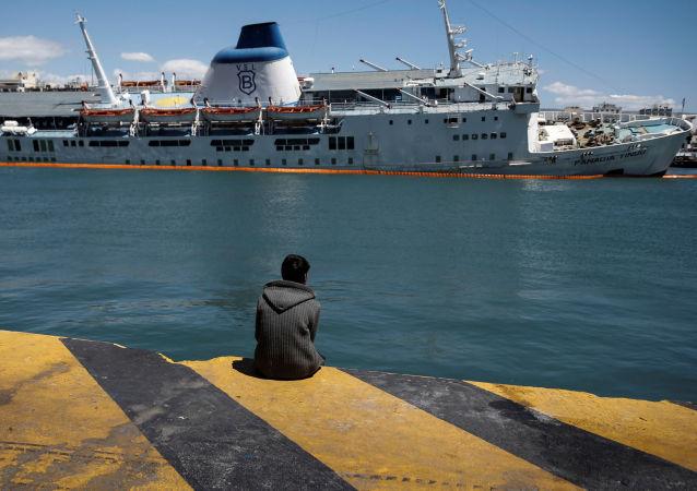 外媒:渡輪在法國加來港擱淺