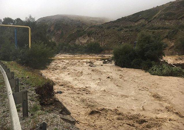 俄高加索泥石流地區附近救生員將前往事發地賑災
