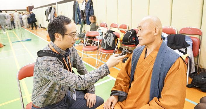 師傅釋延彬接受了記者劉晶的採訪