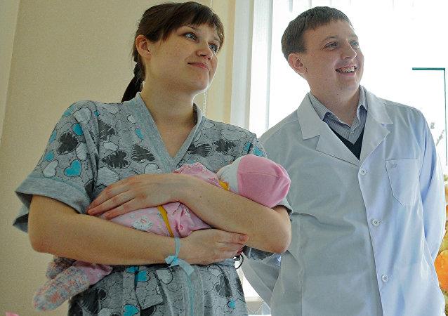 年輕的夫婦和他們的女兒