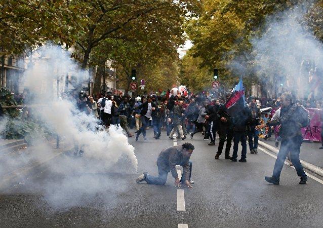 巴黎警方對示威者使用了催淚瓦斯