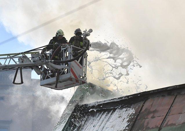 俄緊急情況部:莫斯科州梅季希市發生7500平米的紙板倉庫火災