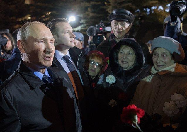 普京向政治鎮壓中的遇難者獻花