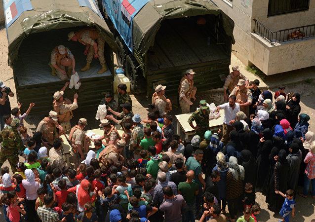 俄軍官向撤離伊德利卜省衝突降級區的敘難民兒童送去新年禮物和祝福