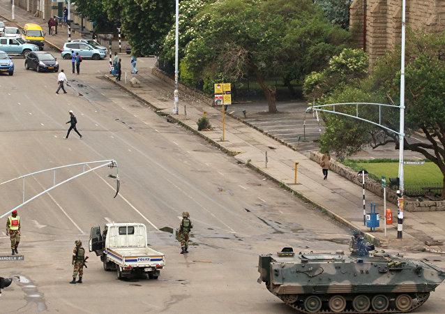 津巴布韋某部隊的一支裝甲車隊在哈拉雷