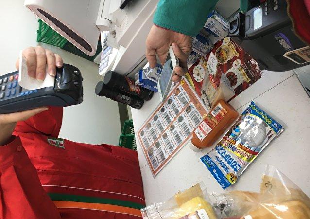 因為一些關於使用銀行卡的消費者以前的支付方式或路徑已經接受了,認為這已經很便捷了,沒有必要去改變支付方式。而中國在傳統的信用卡或銀行卡支付上和歐美髮達國家相比是有差距的,這恰恰使得中國能夠在移動支付領域取得後發優勢。