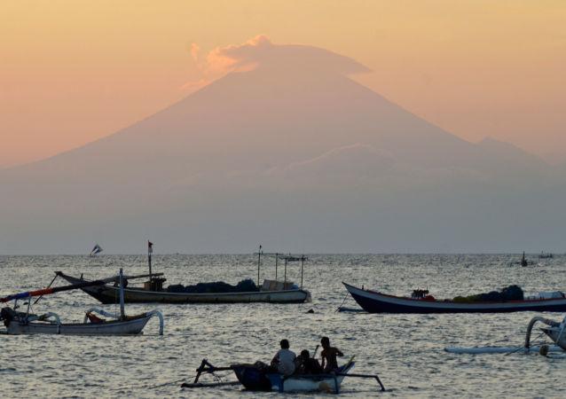 巴釐島阿貢山火山開始噴發