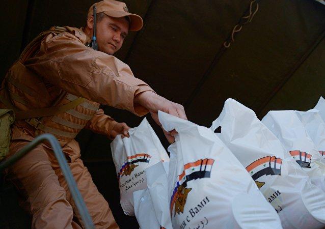 俄軍向敘利亞西部村鎮運送食物