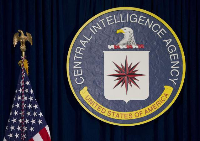 Эмблема ЦРУ рядом с американским флагом