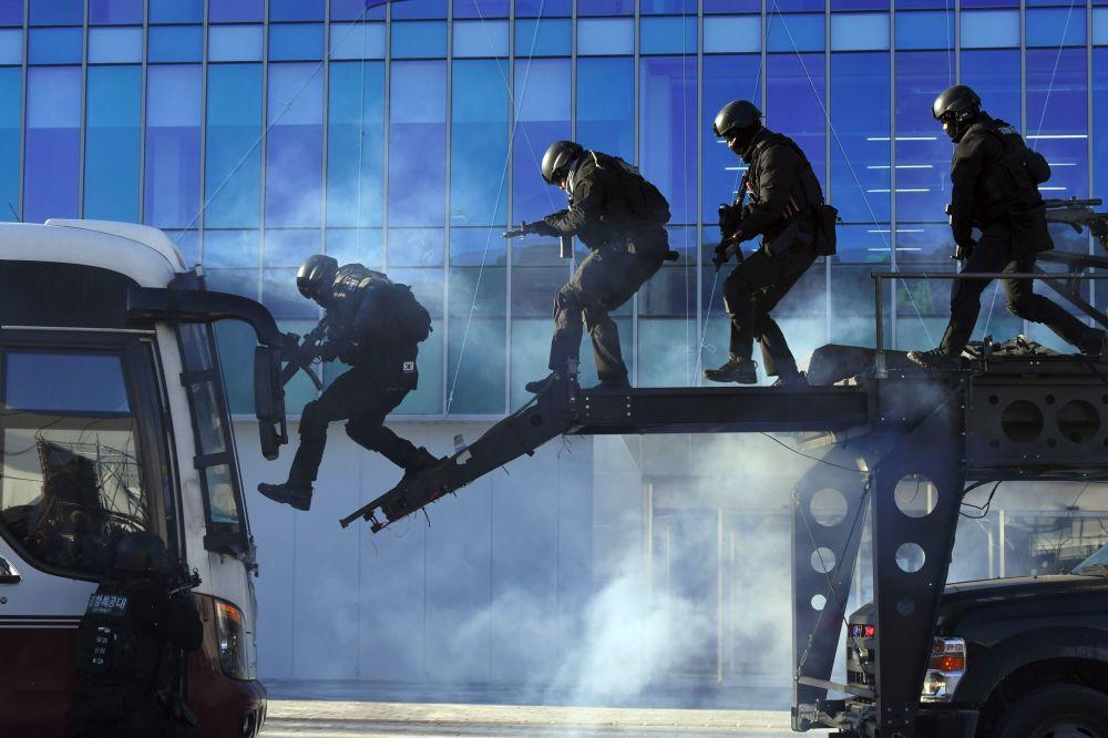 韓國警方在奧林匹克體育場參加反恐演習。