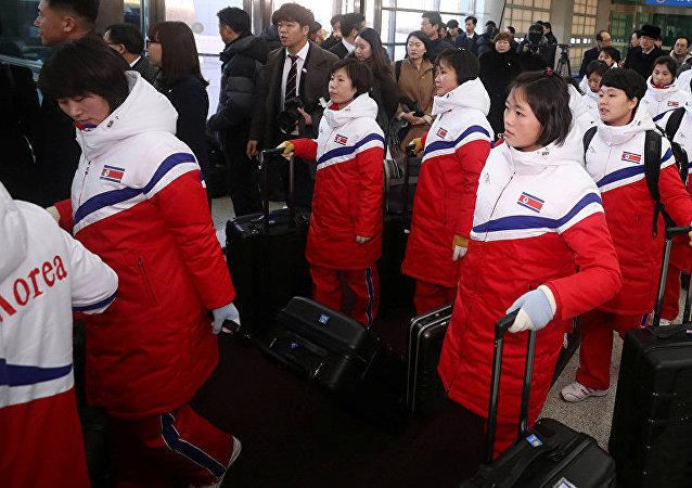 朝鮮冰球女隊代表抵韓