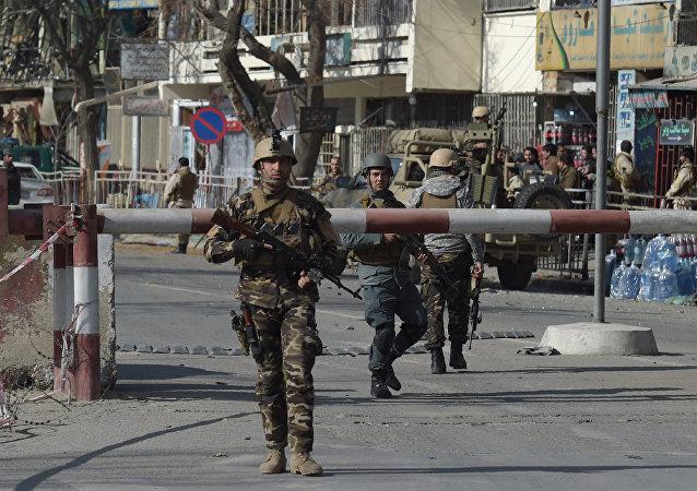 據媒體報道,一名自殺式炸彈襲擊者在阿富汗遊行隊伍中間引爆爆炸裝置