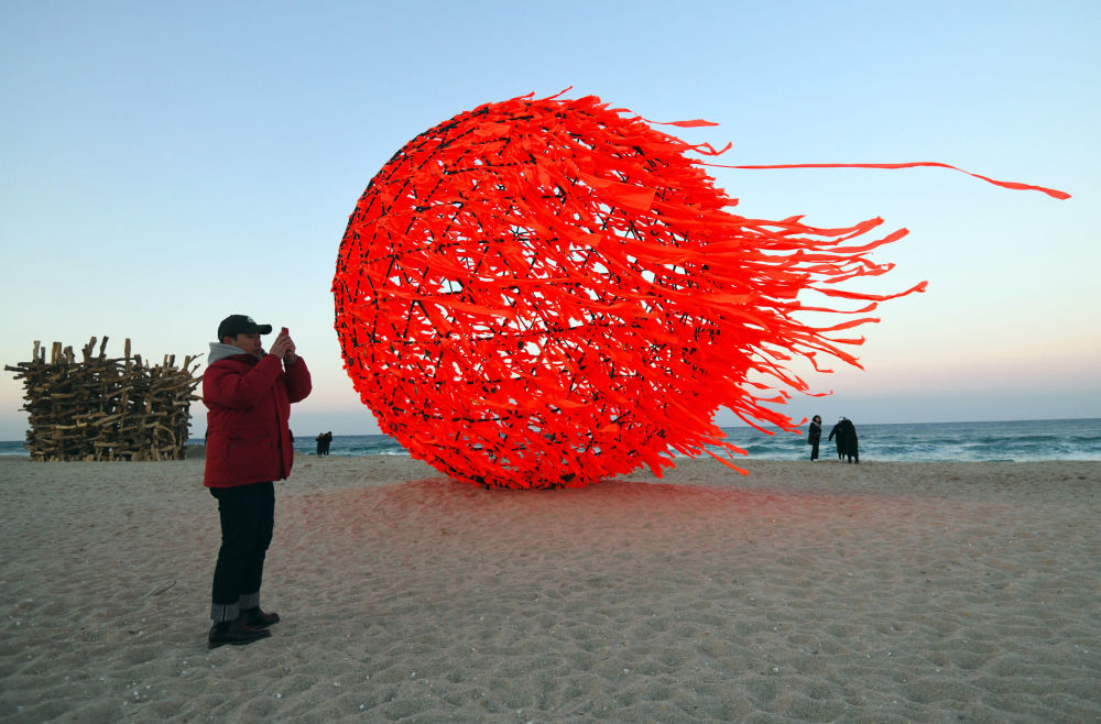 江陵海灘上的「太陽」雕塑